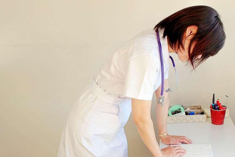 離開醫院後,她才開始真正看清「護理師」這個職業。(示意圖,非當事人@photoAC)
