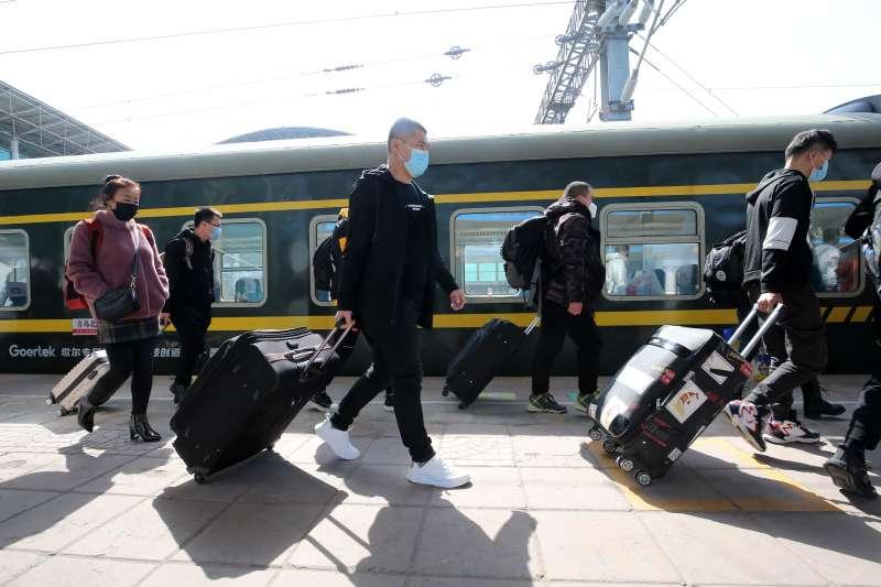 3月10日,山東歌爾復工專列抵達青島,工人陸續出站。(新華社)