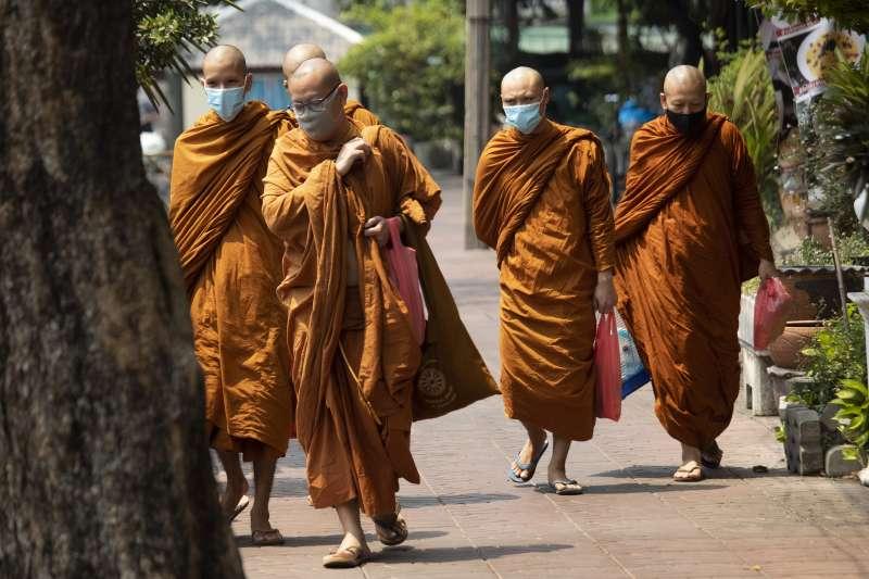 泰國的武漢肺炎疫情延燒,路上僧人也戴著口罩(美聯社)