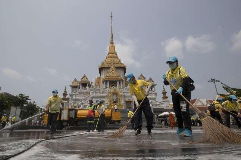 泰國的武漢肺炎疫情延燒,志工在曼谷知名的金佛寺清潔消毒(美聯社)