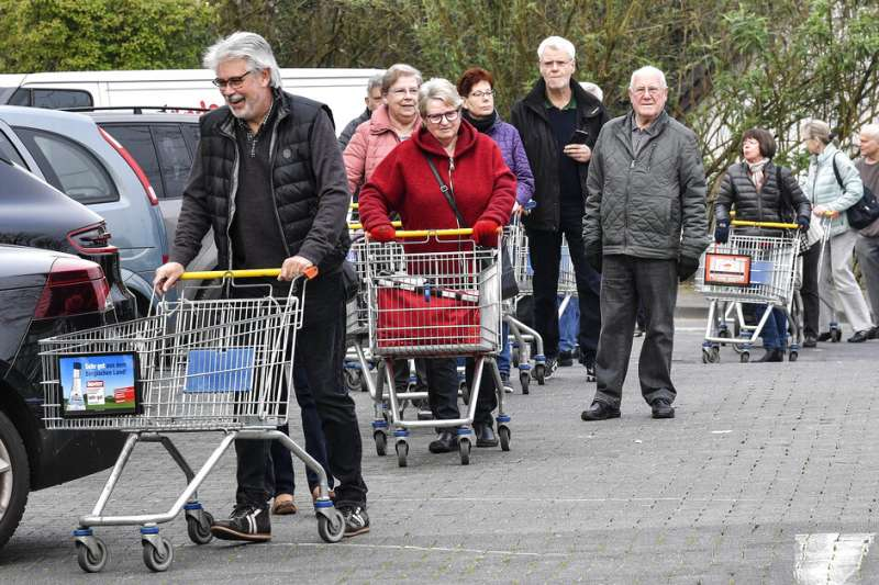 2020年3月,德國武漢肺炎(新冠肺炎)疫情升高,民眾在賣場外大排長龍。(AP)