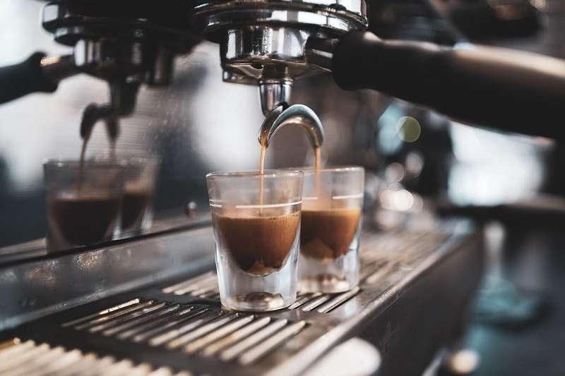 我們總是無法理解為什麼義佬總是站在吧檯邊,只花不到半小時乾了兩杯Espresso就走?(圖/unsplash)