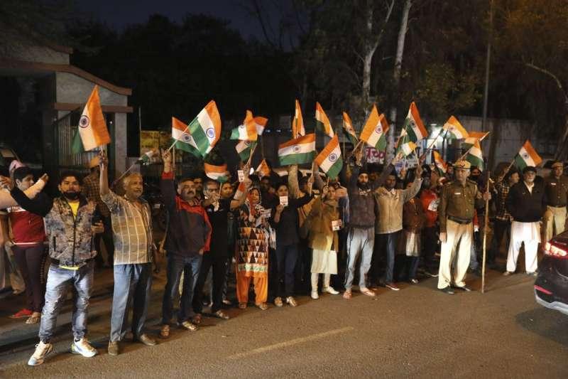 印度「公車輪姦案」4名兇手3月20日接受絞刑,刑場外民眾歡聲雷動。(AP)