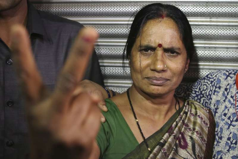 印度「公車輪姦案」4名兇手3月20日接受絞刑,受害女大學生的母親比出勝利手勢。(AP)