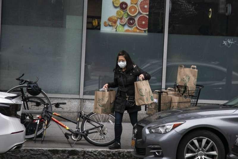 新冠肺炎疫情持續升溫,居家檢疫人數也持續增加。經濟部與產業界合作推動離家警報系統,雲林及屏東率先使用,並已獲新加坡採購。(資料照,美聯社)