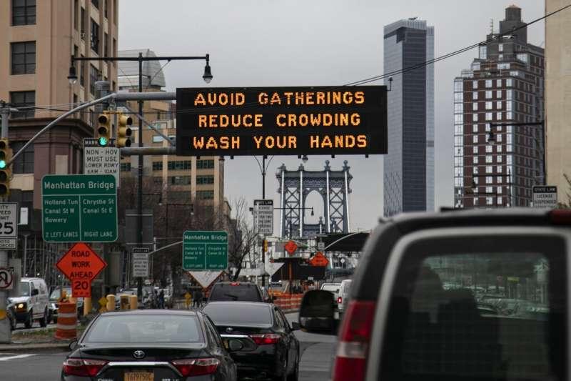隨著紐約成為美國最嚴重疫區,街頭的電子看板也打出「勤洗手、防病毒」的標語。(美聯社)