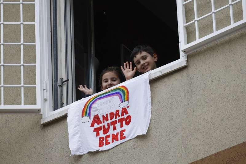 義大利疫情肆虐,民眾在陽台、窗戶上懸掛布條:「一切都會變好的。」(AP)