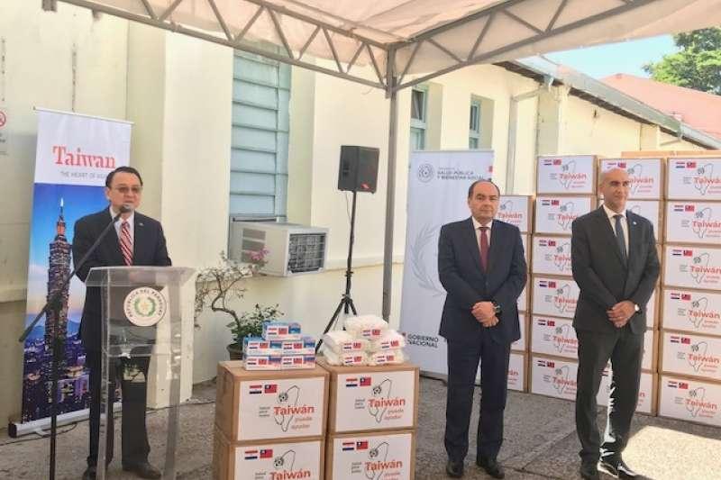 外交部長吳釗燮指出,援贈友邦的100萬片口罩是在國外購買,但因廠商供貨能力有限,目前只贈送10萬片。(資料照,中華民國駐巴拉圭大使館提供)