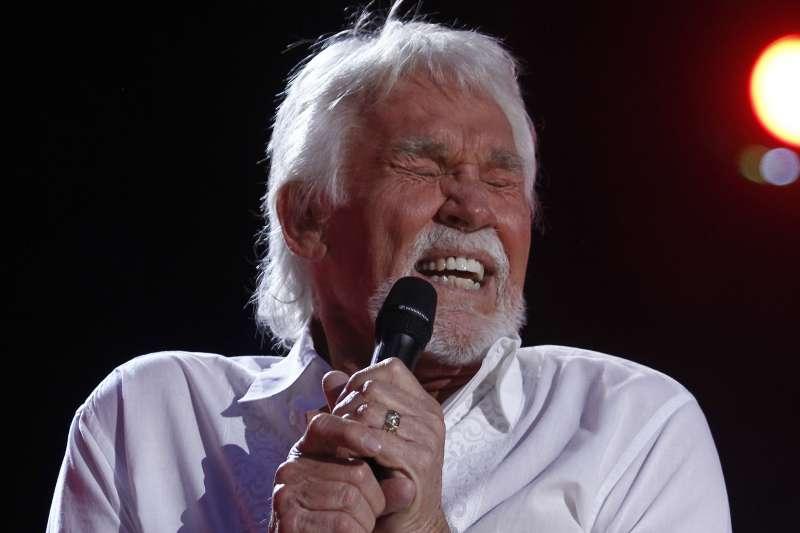2020年3月20日,美國鄉村歌手肯尼羅傑斯(Kenny Rogers)過世(AP)