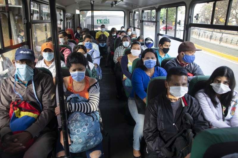 武漢肺炎:委內瑞拉民眾戴口罩(AP)