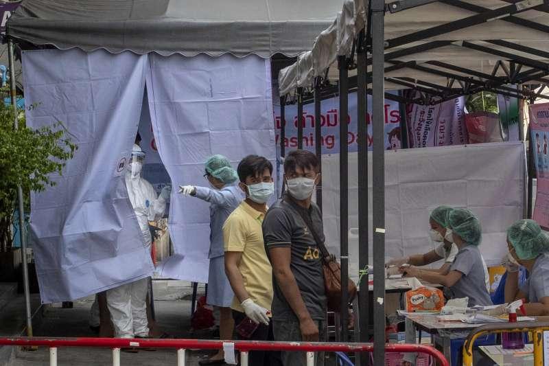 3月19日,泰國泰拳選手及相關人員在曼谷臨時篩檢站接受武漢肺炎篩檢(美聯社)