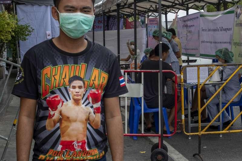 一名泰拳選手在曼谷臨時篩檢站接受武漢肺炎篩檢(美聯社)
