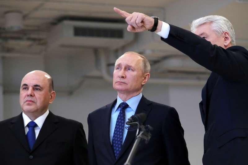 武漢肺炎:俄羅斯當局大動作啟動防疫措施,由右至左分別為莫斯科市長索比亞寧、總統普京與總理米舒斯京(AP)