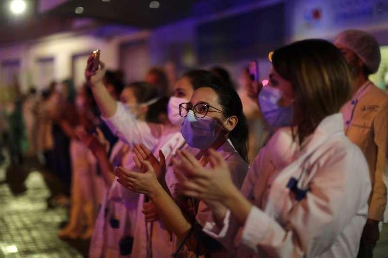 2020年,新冠肺炎(武漢肺炎)風暴侵襲西班牙,醫護人員接受民眾的鼓勵與喝采(AP)