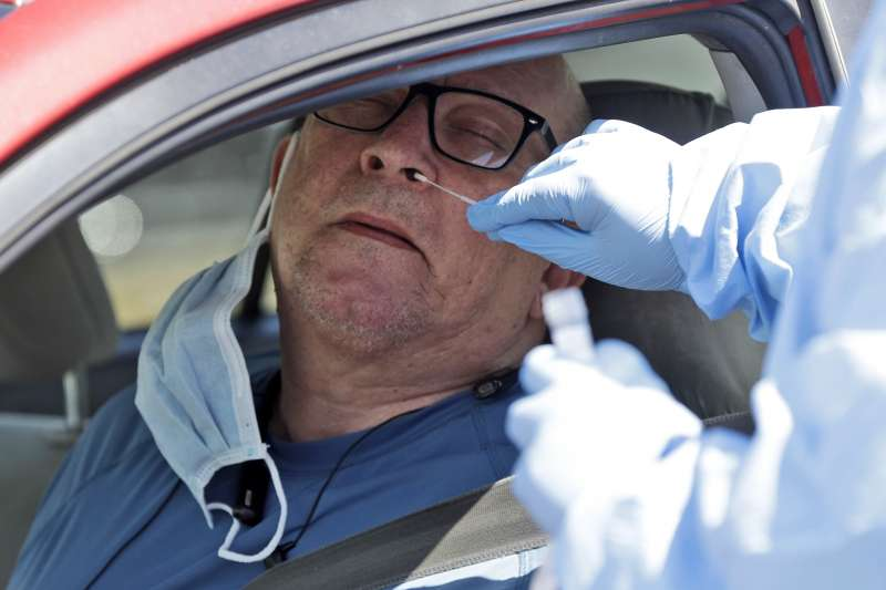 2020年,新冠肺炎(武漢肺炎)疫情侵襲美國,一位民眾接受病毒篩檢(AP)