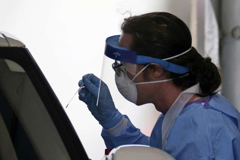 2020年,新冠肺炎(武漢肺炎)疫情侵襲全世界,病毒篩檢工作吃重。(示意圖,圖為美國/AP)