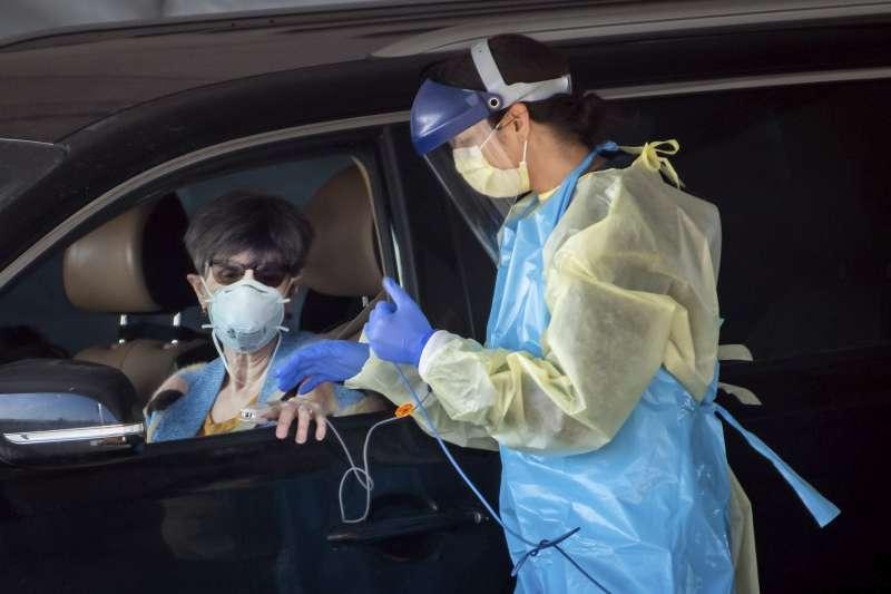 2020年,新冠肺炎(武漢肺炎)疫情侵襲美國,病毒篩檢工作吃重(AP)