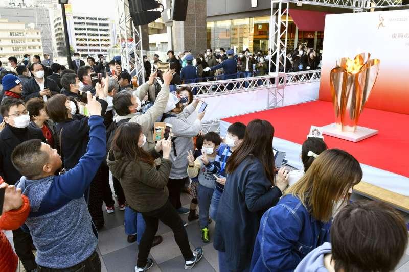 東京奧運聖火正在日本東北3縣巡迴展示,3月21日在仙台吸引5萬人爭睹(AP)