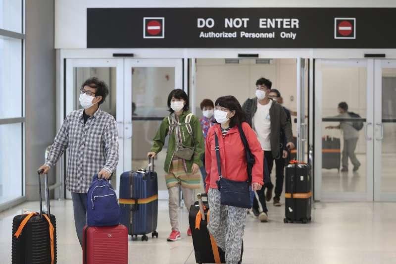 新增的境外移入案例中,陳時中表示,大多是旅遊、工作,因此第一條防線是機場攔檢,有任何症狀盡量在機場攔檢。(AP)
