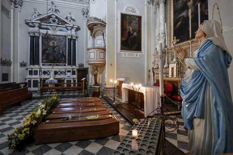 新冠肺炎:義大利單日新增死亡病例屢創新高,圖為北義貝加莫一處教堂等待下葬的棺木。(AP)