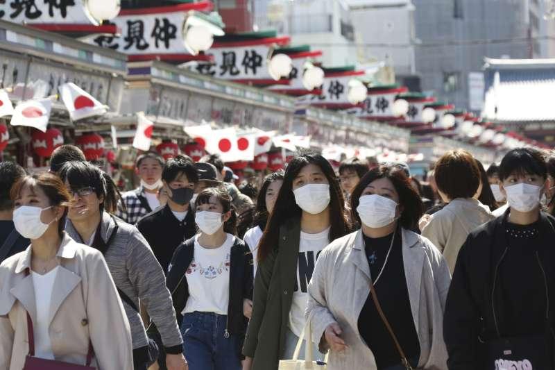 日本東京仲見世商店街民眾戴口罩(AP)