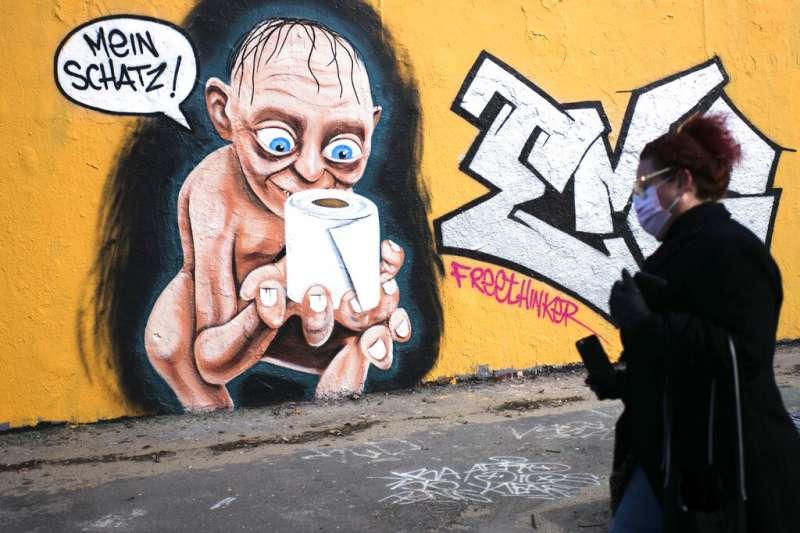 全球瘋搶衛生紙,德國一位藝術家以「魔戒」中咕嚕捧著衛生紙的塗鴉諷刺衛生紙之亂。(AP)