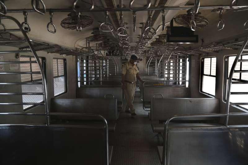印度暫停大眾運輸服務。(AP)