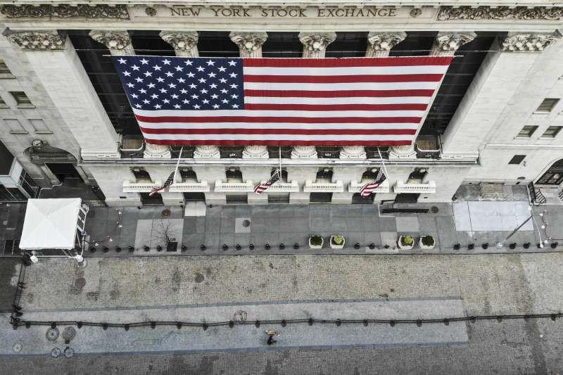 紐約州成為美國新冠肺炎(武漢肺炎)疫情重災區,紐約證交所前的街道變得空蕩蕩(AP)