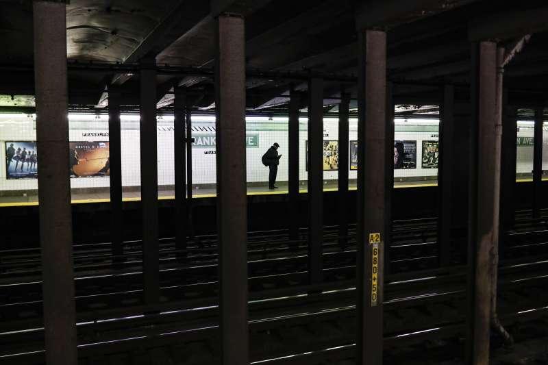 紐約州成為美國新冠肺炎(武漢肺炎)疫情重災區,地鐵月台幾乎沒有乘客候車(AP)