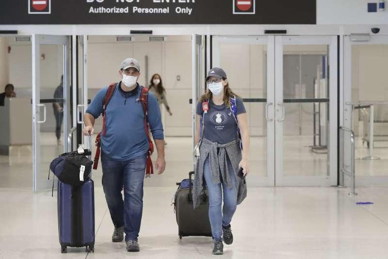 新冠肺炎疫情全球大流行,滯留秘魯國人已幸運由包機全數載回。圖為自秘魯飛抵美國邁阿密的旅客(AP)