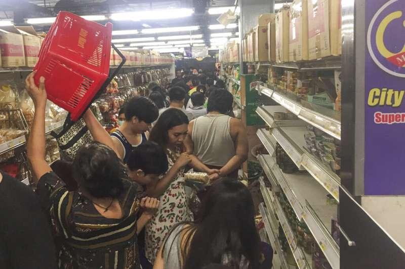 緬甸仰光的民眾正在搶購民生物資。(美聯社)