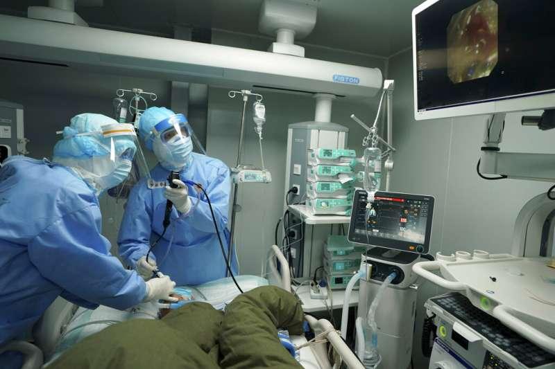 湖北武漢的醫院正在救治新冠肺炎病患。(美聯社)