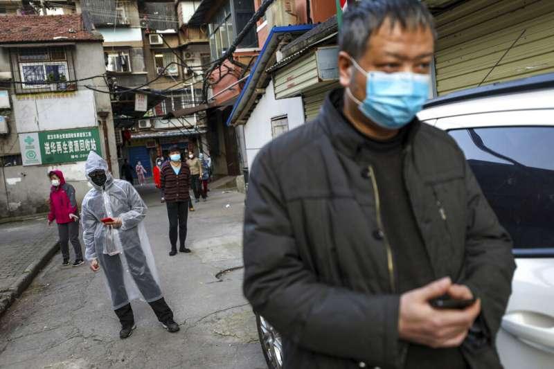 湖北武漢的民眾正在排隊購買豬肉。(美聯社)