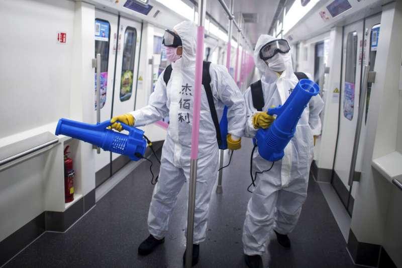 湖北武漢的地鐵正在進行消毒工作。(美聯社)