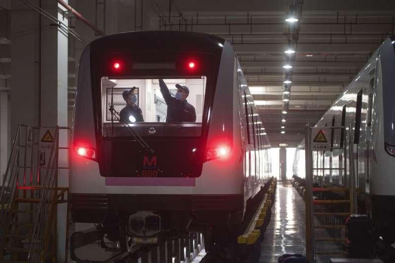湖北武漢的地鐵正在測試。(美聯社)