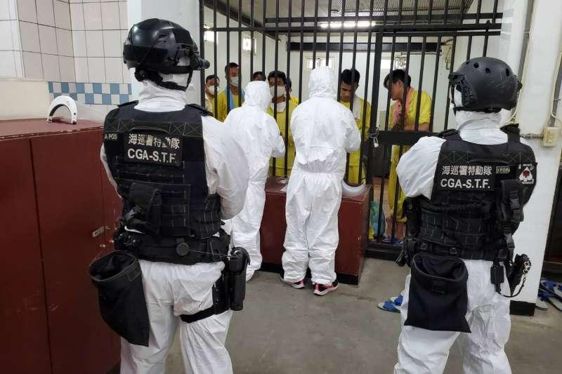 海巡署日前在屏東小琉球外海一舉查獲31名越南籍偷渡客,昨夜卻驚傳有6人逃脫。(海巡署偵防分署提供)