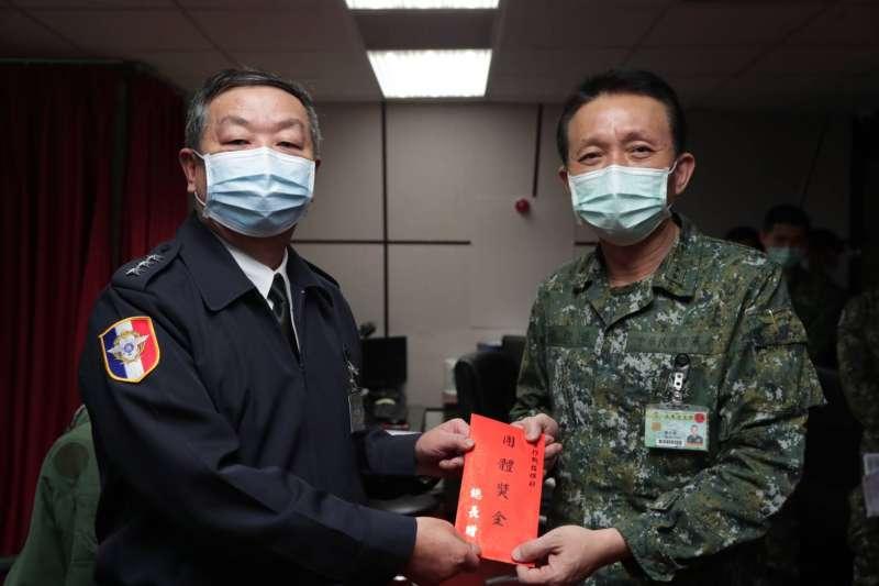 20200324-參謀總長黃曙光(左)在空軍作戰指揮部頒發加菜金。(取自軍聞社)