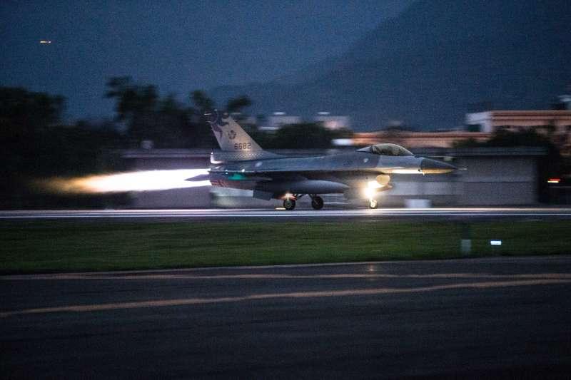 來自空軍五聯隊(花蓮基地)的8架F-16於24日清晨緊急起飛,實施防空攔截科目 。(資料照,取自軍聞社)