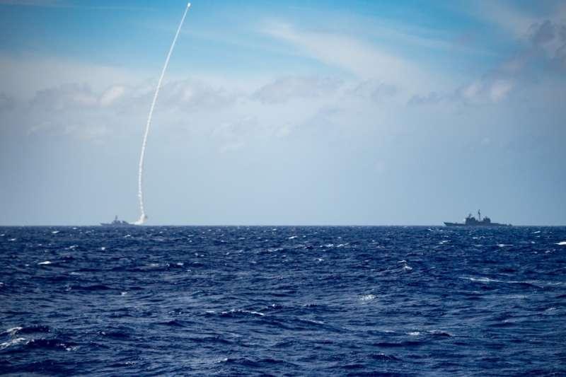 美軍貝瑞號驅逐艦(USS Barry DDG-52)在西太平洋發射飛彈。(美軍第七艦隊臉書)