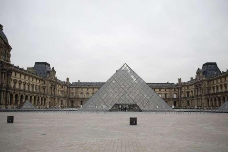 巴黎羅浮宮外空空蕩盪。(美聯社)