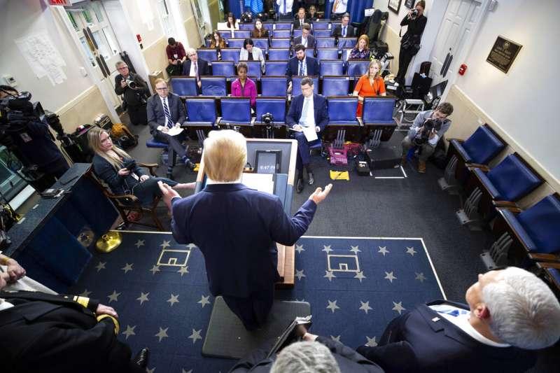 美國總統川普召開疫情記者會。(美聯社)