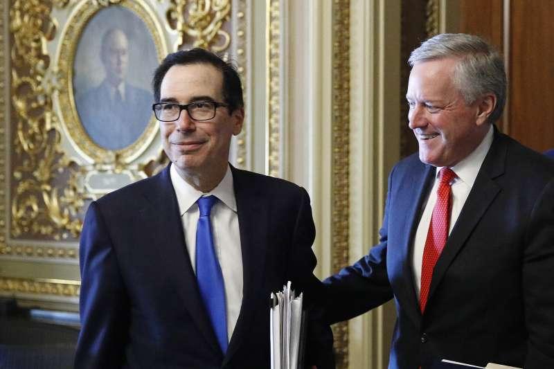 美國參議院與聯邦政府達成協議,同意規模達2兆美元的經濟振興計畫,財長馬努欽(左)與新任白宮幕僚長梅多斯喜上眉梢(AP)