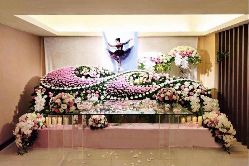 靈堂以粉紅色調為主,照片有如騰騰飛舞,象徵羽化成仙。(圖/吳宗憲提供)