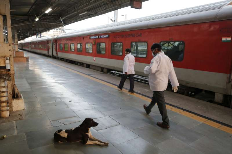 圖為空蕩蕩的印度安拉阿巴德車站。(AP)