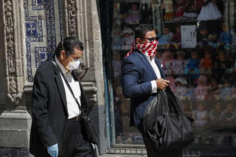 新冠肺炎疫情持續擴散,墨西哥街頭民眾也戴起口罩(AP)