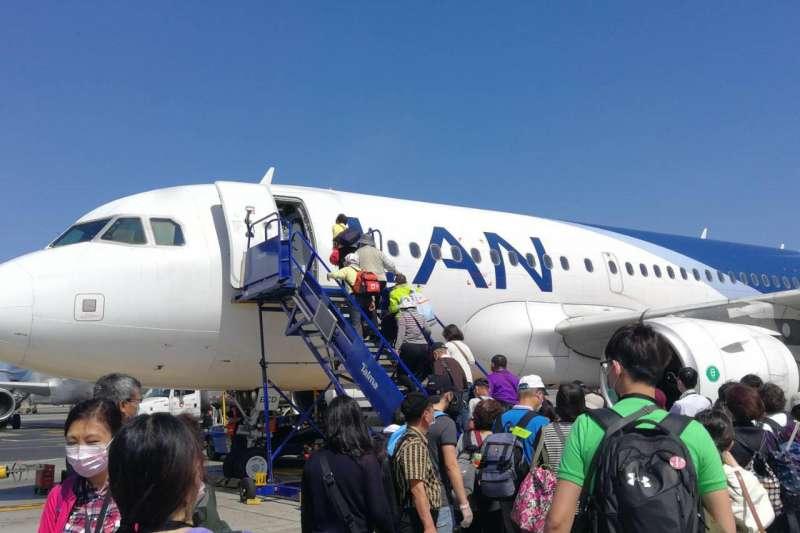 幾經波折,被困秘魯的台灣旅客終於得以搭上包機返抵國門(圖片來源:雄獅領隊王智弘提供)