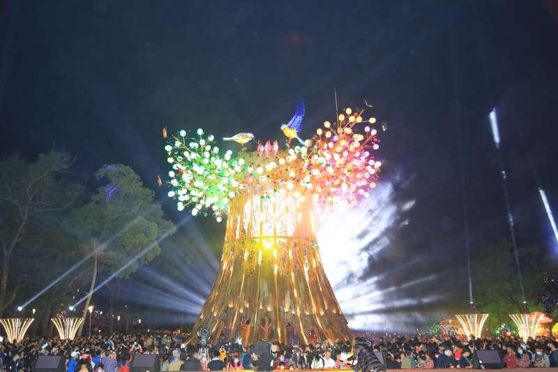 今年台灣燈會主燈主燈「森生守護-光之樹」,吸引許多民眾到場觀看拍照。(圖/臺中市政府提供)