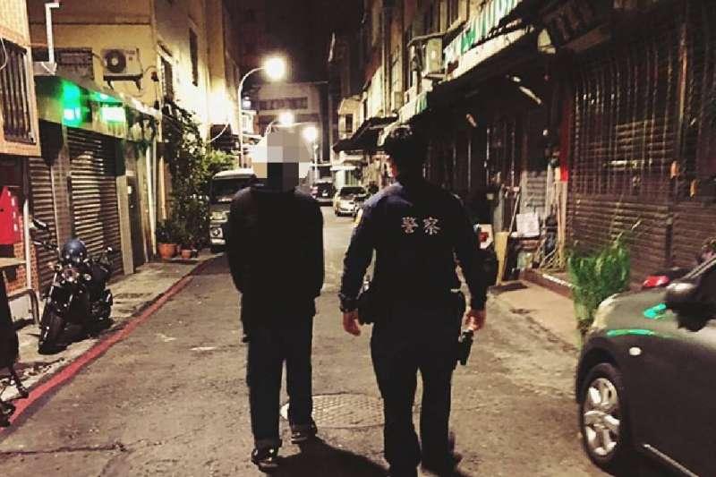員警一路沿途陪伴著陳男護送回家,才安心離開。(圖/新興分局提供)