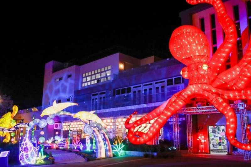 「動物狂歡嘉年華」燈區打造各種主題動物,配合燈光效果,成為台中第一座花燈動物園。(圖/臺中市政府提供)