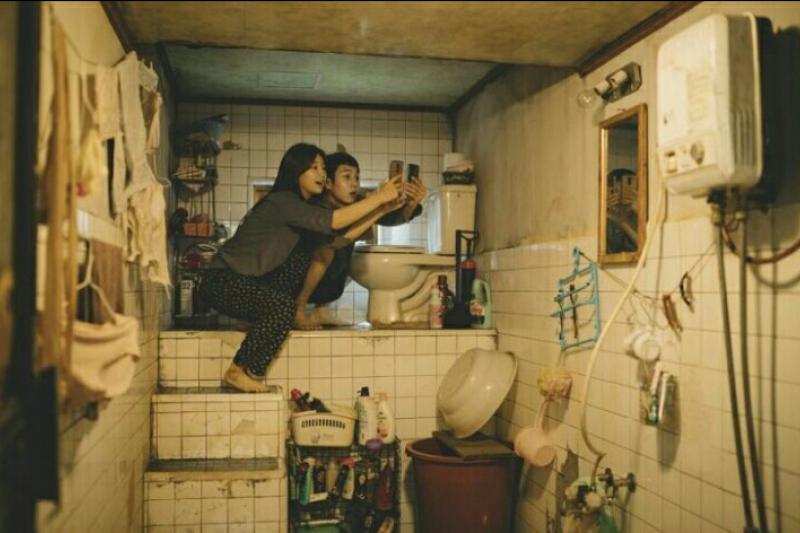 看過電影《寄生上流》的人知道,地下室的居住環境多糟糕。(圖/IMDB)